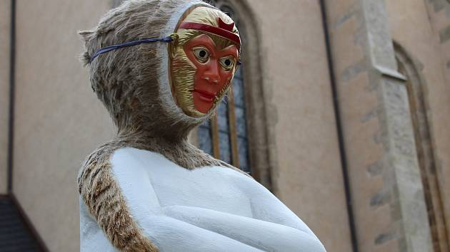 V uplynulých dnech se navíc stalo něco, co debaty o ní ještě více rozdmýchalo. Někdo umístil na sochu opičí masku a tyč.