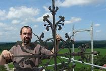 Starosta obce Miroslav Ptáček na vrcholu věže kostela sv. Martina v Červených Janovicích.
