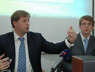 Bývalý středočeský hejtman Petr Bendl (vlevo) a jeho mluvčí Martin Kupka.