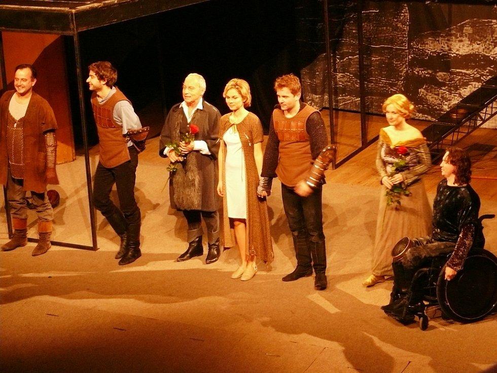 Představení Hamlet v podání spolku Kašpar v kutnohorském Tylově divadle.