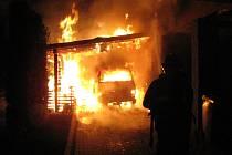Požár přístřešku a dvou vozidel v Malíně.
