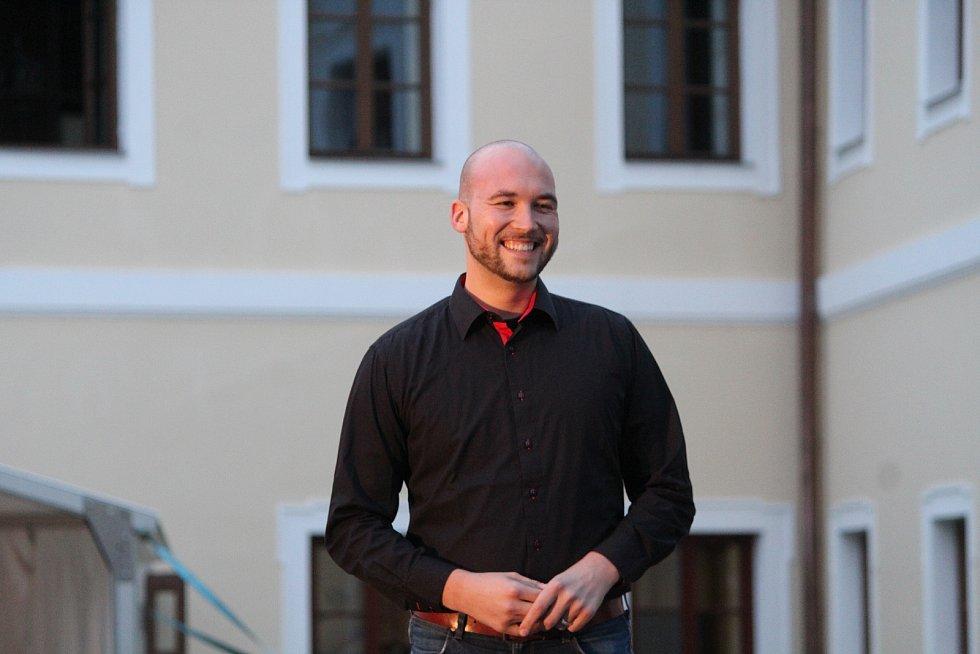 Režisér představení Tomáš Pilař.