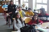 Policistka Vendulka Hanzlová mezi dětmi v Základní škole v Okružní ulici ve Zruči nad Sázavou.