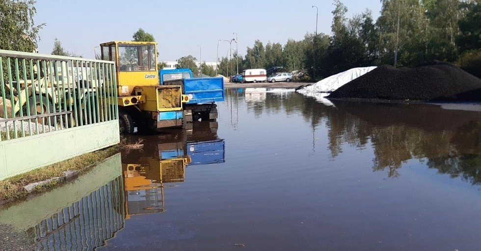 Areál uhelných skladů v Čáslavi, odkud hasiči po prudkém lijáku v pondělí 10. srpna 2020 odčerpali přibližně 300 tisíc litrů vody.