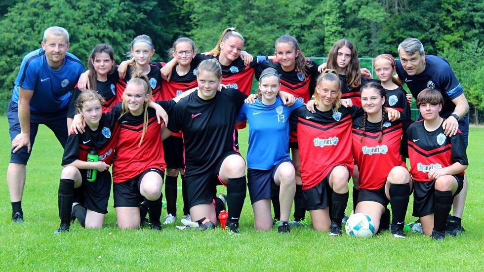 Dívčí tým FK Čáslav (mladší žákyně) v červnu roku 2021.