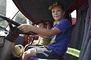 Den s hasičem přinesl dětem zábavu.