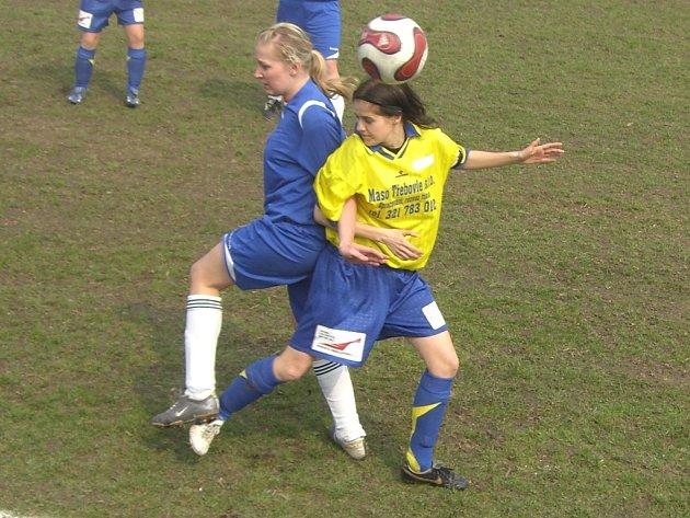 V souboji o míč je uhlířskojanovická Marie Bílková (vpravo).