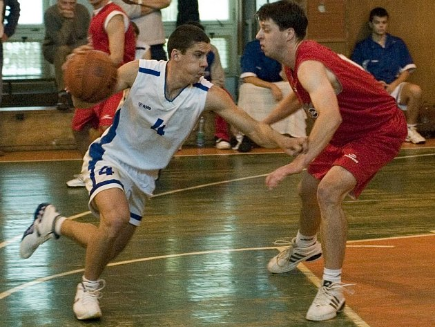 K tahounům kutnohorských basketbalistů patřil v obou domácích zápasech Jan Málek (vlevo).