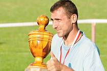 Výmluvné gesto Martina Vrzala z FC Ňuňas, který se stal celkovým vítězem červenojanovického Pukma Cupu v roce 2014.
