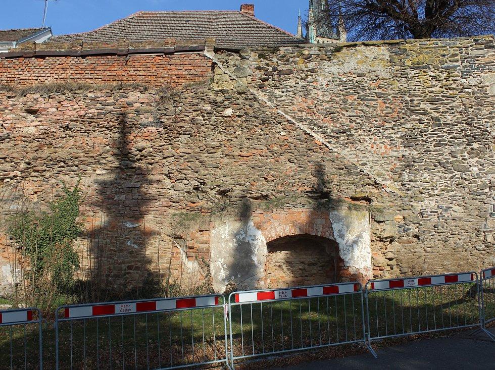 Hradby čekají na opravu