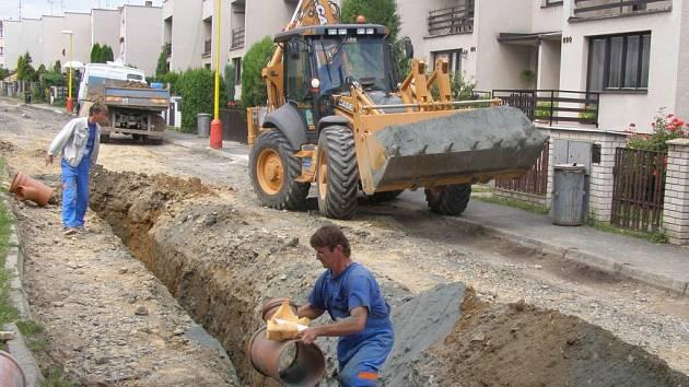 Práce na kanalizačním potrubí v Okružní ulici v Uhlířských Janovicích.