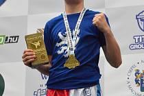 Zápasník kickboxu Sebastien Macháček veze z Budapešti zlato ze světového poháru.