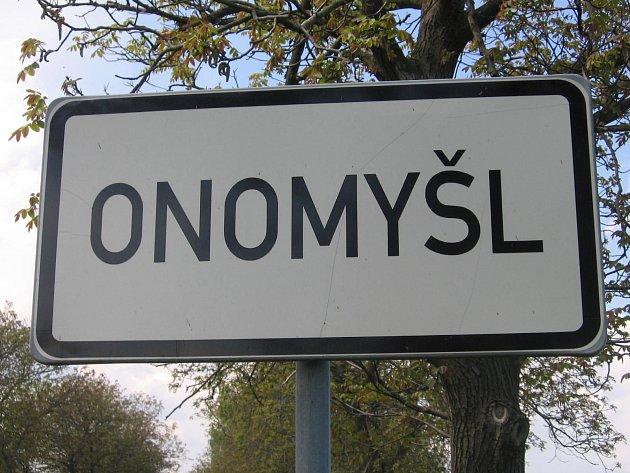 Vjezd do obce Onomyšl.