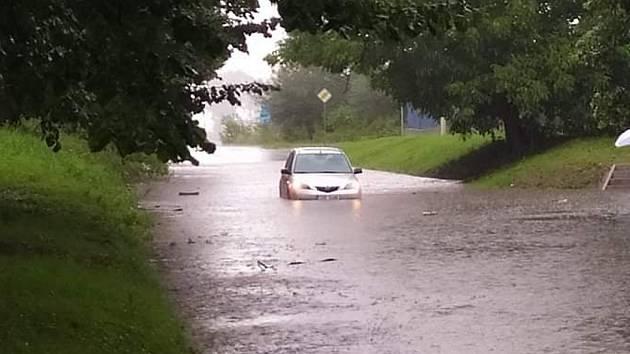 Zaplavená Vrchovská ulice v Čáslavi po prudkém lijáku v pondělí 10. srpna 2020.