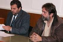 Odsouzený bývalý policista Stanislav Kopecký (vpravo) a jeho obhájce Zbyněk Čermák u Okresního soudu v Kutné Hoře.