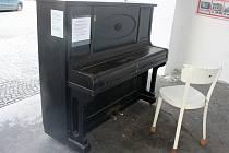 Piano v podloubí na Palackého náměstí v Kutné Hoře.