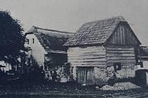 Vlevo tehdejší škola (chalupa č.p.30)
