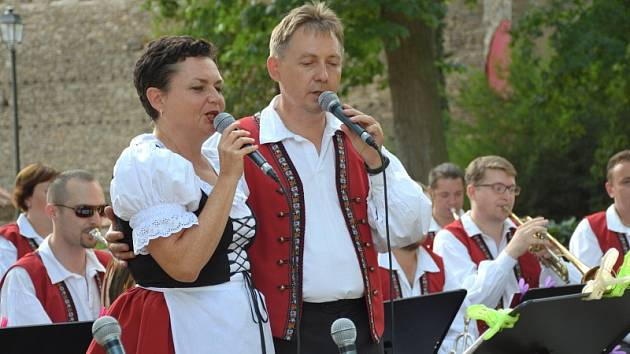 Koncert dechové kapely Křídlovanka hostil zámecký park ve Zruči nad Sázavou.