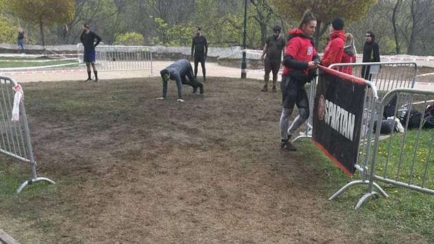 Odvrácená strana Spartan race v Kutné Hoře: zničené trávníky i koryto Vrchlice.