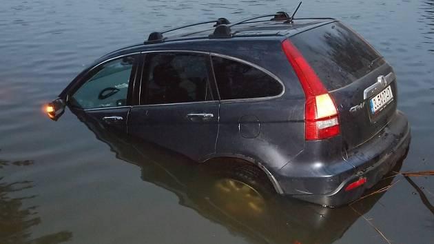 Rybář se vydal chytat ryby, nakonec lovil z rybníka své auto
