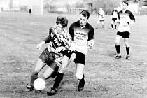 Zápas fotbalové III. třídy v říjnu roku 1998 mezi Kačinou a Červenými Janovicemi. Na dobovém snímku poznáváme Vladimíra Boumu (vpravo), který hraje nyní ve stoperské dvojici s Tomášem Řepkou.