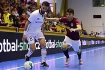 Chrudimský Brazilec Max stráží balon před sparťanem Pimpolhem v listopadovém vzájemném utkání ve VARTA futsal lize, které ERA-PACK vyhrál nad Pražany 3:2.