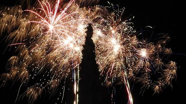 Barvy ohňostroje zářily na Nový rok nad hlavami Čáslavanů
