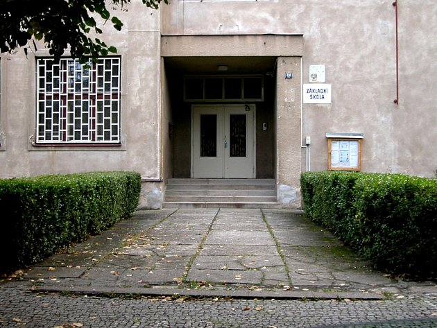 Existenčně ohrožen je především druhý stupeň kácovské základní školy. Podle starosty městyse Jaroslava Buchala o jeho zachování či nezachování rozhodnou následující zhruba dva roky.