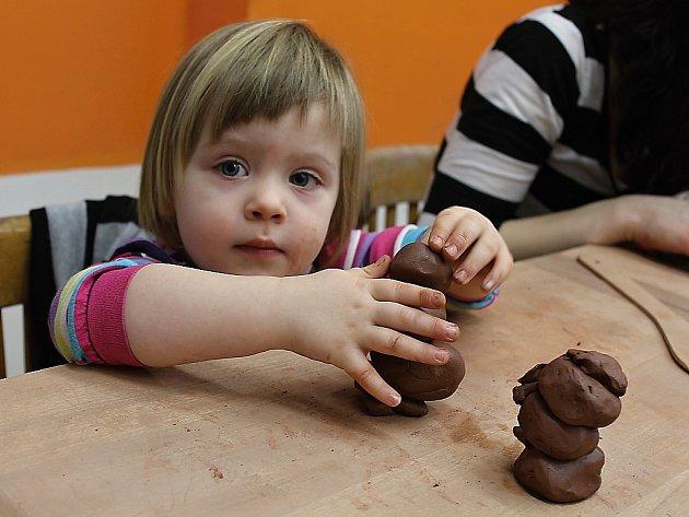 Maminky s dětmi si vyzkoušely tvoření z keramiky
