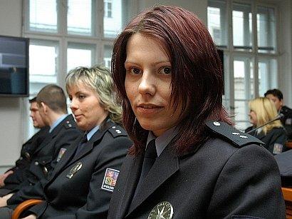 Policistka Petra Dudlová (vpředu).