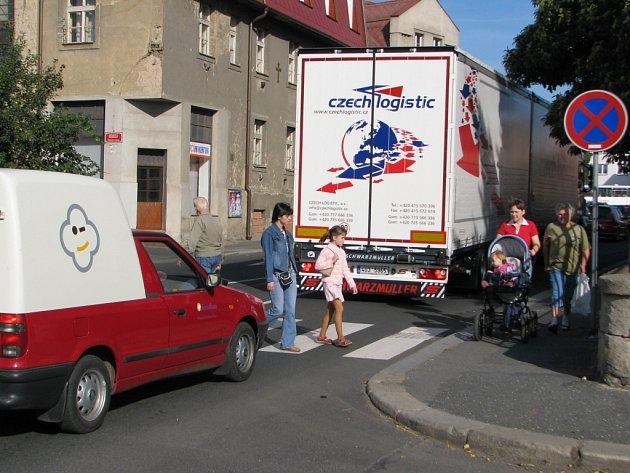 Ve Štefánikově ulici v Kutné Hoře se 1. září v dopoledních hodinách tvořily souvislé kolony vozidel.