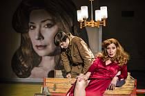 Z inscenace Divadla X10 Hilda s Lucií Roznětínskou v hlavní roli.