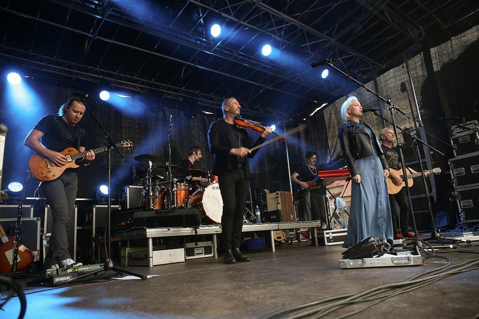 Z koncertu kapely Čechomor v zahradách Galerie Středočeského kraje v Kutné Hoře.