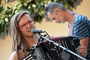 Seriál letních hudebních večerů pod lipami pořádaný spolkem Kultura do města na zahradě starobylého restaurantu Dačický v Kutné Hoře pokračoval koncertem plzeňské formace Lakuna.