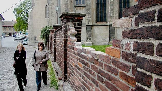 Kdo to opraví? Na opravě zdi u kostela Matky Boží v Kutné Hoře se mohou cvičit začínající právníci.