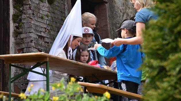 Děti skládaly v Kácově různé hlavolamy i papírové lodičky u pirátů.