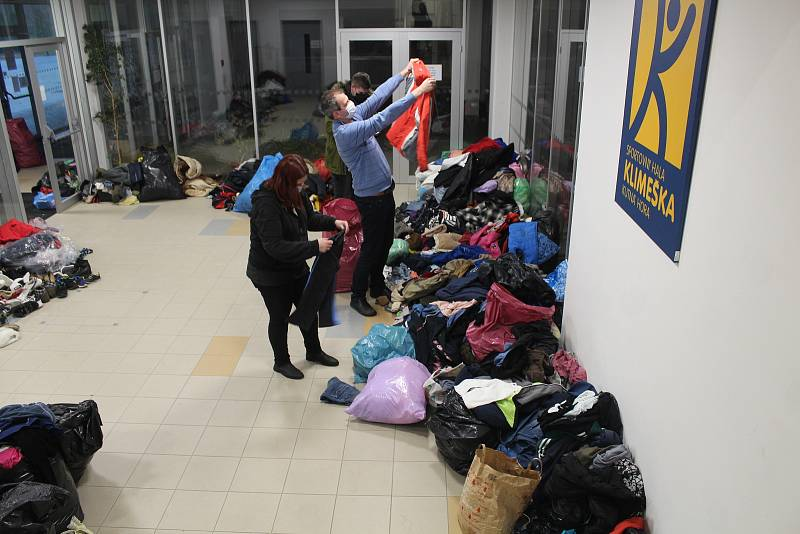 Dočasný azyl našla paní Eva spolu s ostatními ve sportovní hale Klimeška.