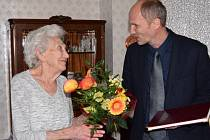 Růžena Málková přijímá gratulace ke svým 101. narozeninám.