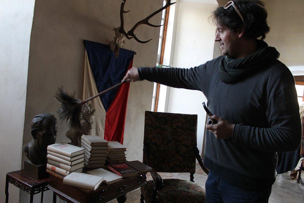Pavel Kuře provozuje na svém zámku v Martinicích u Dolních Kralovic vetešnictví.
