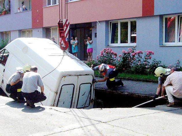 Po prudkém dešti s v Puškinské ulici v Kutné Hoře propadl do země tranzit.