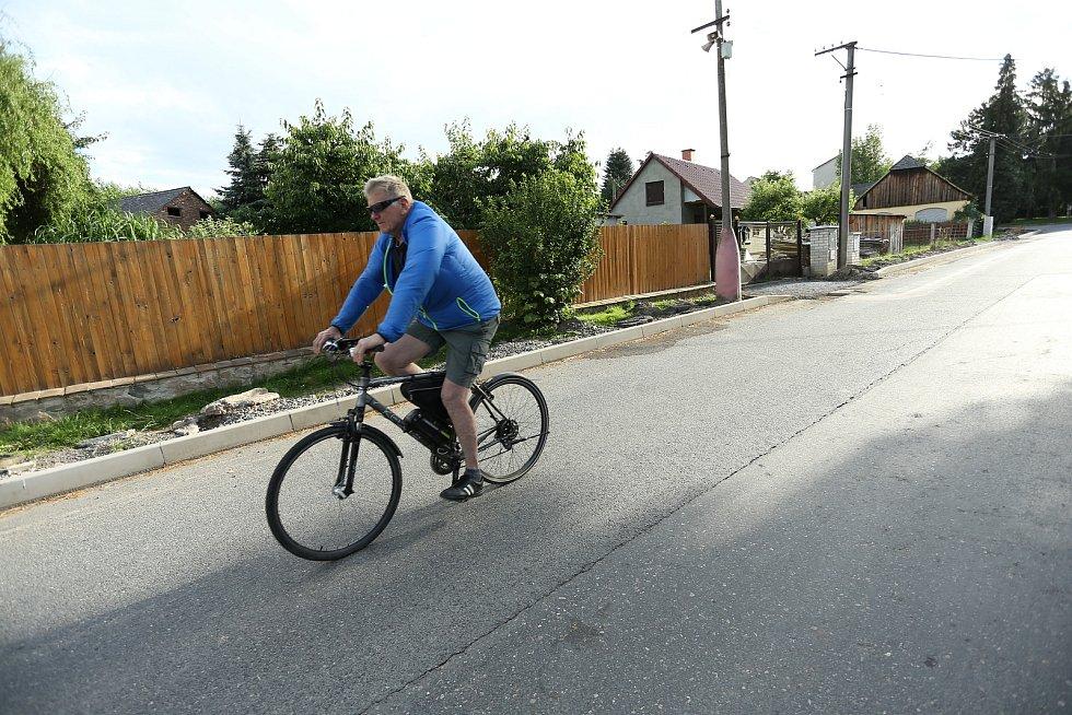 Muž na kole v Úmoníně na Kutnohorsku. V obci bylo na některých místech opět zavedeno nošení roušek