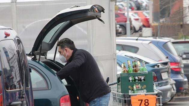 Přeplněná parkoviště u supermarketů v Kutné Hoře na Zelený čtvrtek.