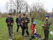 Mladí rybáři vysázeli stromky na Hrádku