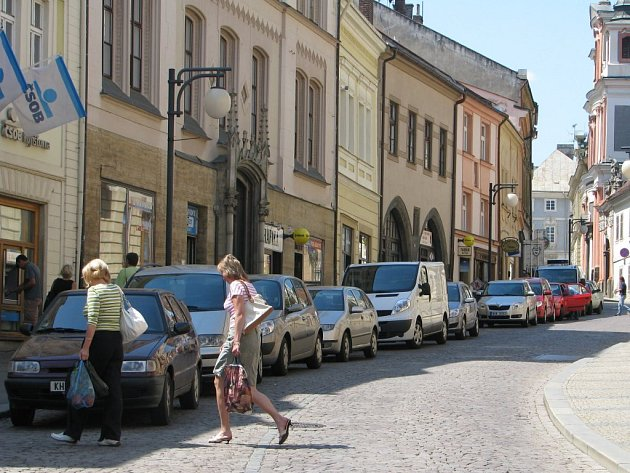 Husova ulice prostorově oddělí dvě etapy rekonstrukce historické zádlažby v Kutné Hoře.