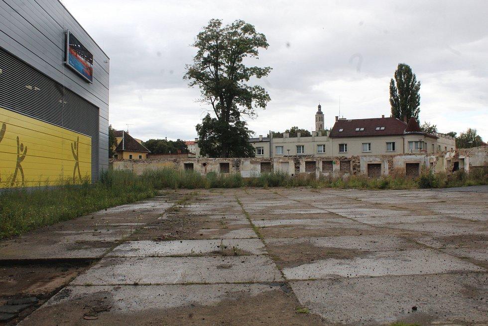 Neupravené okolí sportovní haly Klimeška v Kutné Hoře.