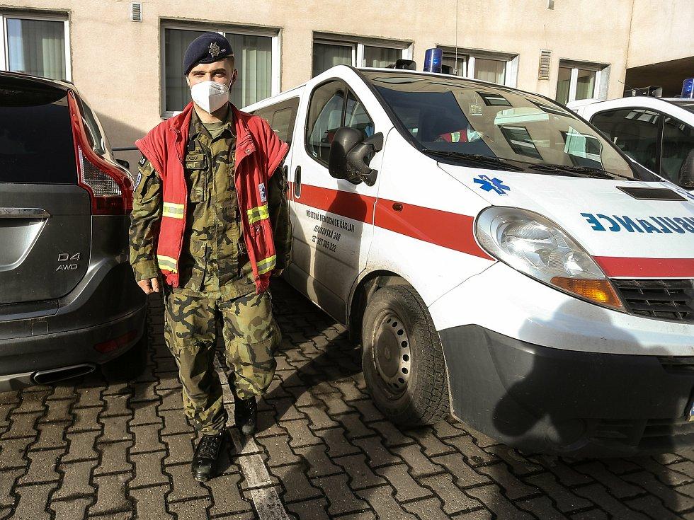 Výpomoc vojáků z čáslavské letecké základny v městské nemocnici.