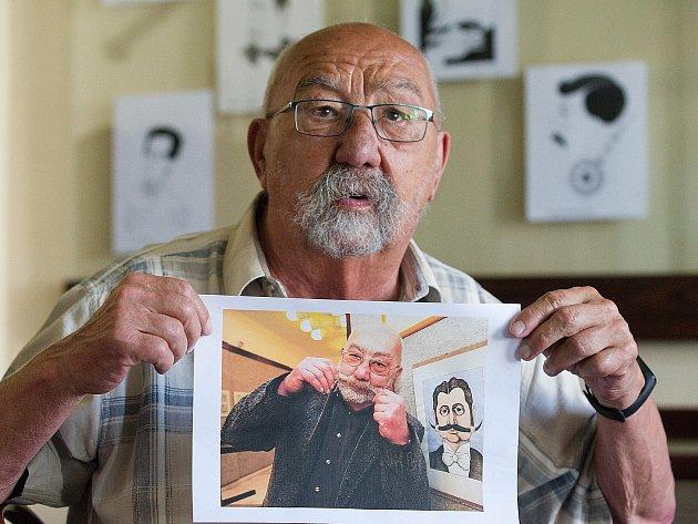 Portrétní karikaturista, sklář a bývalý pedagog Jan Vobr.