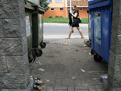 Okolí kontejnerů na tříděný odpad působí nevábně.