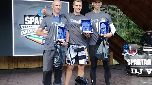 Spartan Michal Pavlík z Kutné Hory (uprostřed) vyhrál kategorii Competitive na Spartan Race Super ve Valčianské Dolině.
