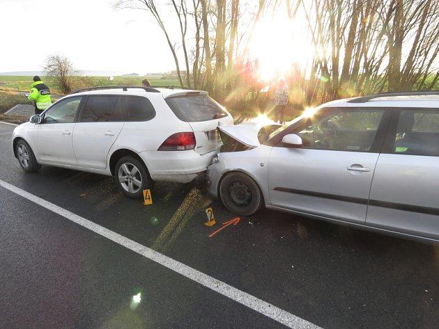 K další nehodě došlo v 10.45 hodin na stejné komunikaci. Řidič s vozidlem značky Fiat Punto narazil do před ním jedoucího vozidla značky Renault.